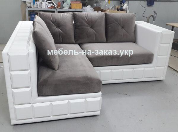 угловой диван с подушками с деревяной основой