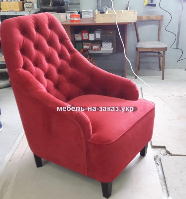 яркое кресло красного цвета