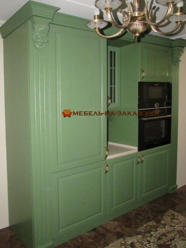 зеленая деревная кухня с высокой секцией