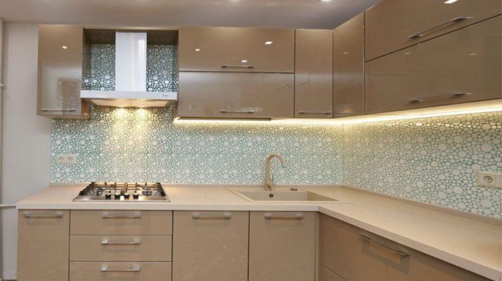 стандартная кухня с подсветкой