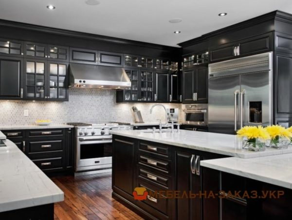 большая кухня черного цвета с островом