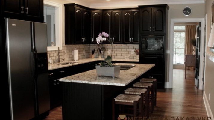 кухня в черном цвете и островом