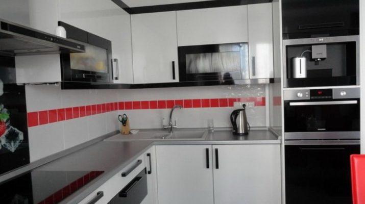 кухня с черными и белыми фасадами