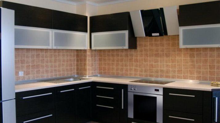кухня с черными фасадами из мдф