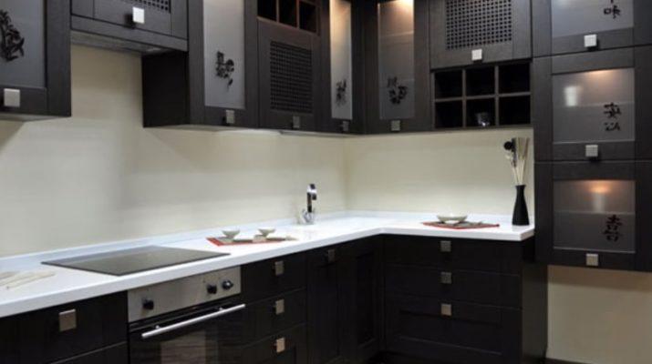 сочетания черного цвета кухни и обоев