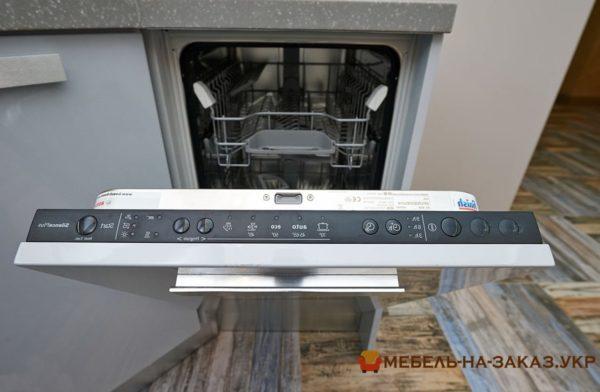 голубая кухня со встроенной посудомоечной машиной
