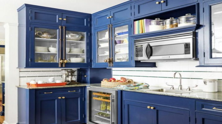 синяя кухня из массива дерева