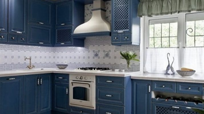 голубая кухня классическая из дерева