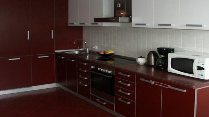 бордовая прямая кухня