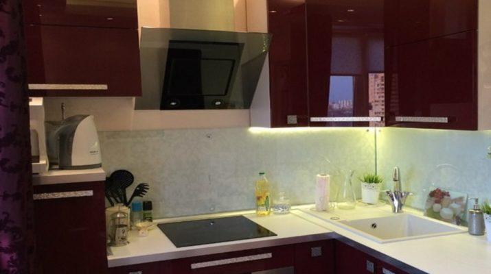 кухонная мебель бордового цвета