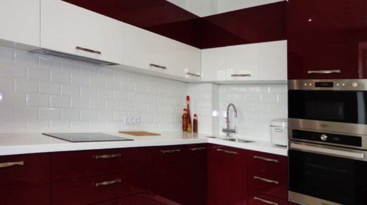 бордовая и белая кухня