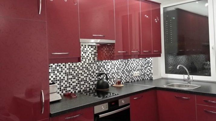 красного оттенка кухня