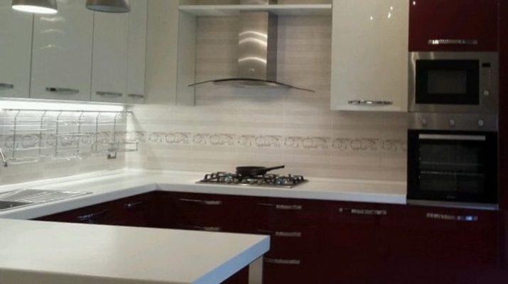 кухня бело бордовая
