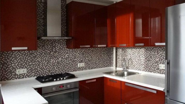 п образная красная кухня с белой столешницей из камня