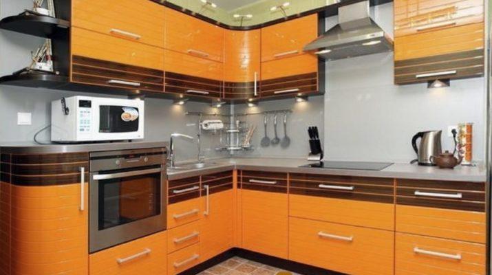 угловая оранжевая кухня с красным цветом