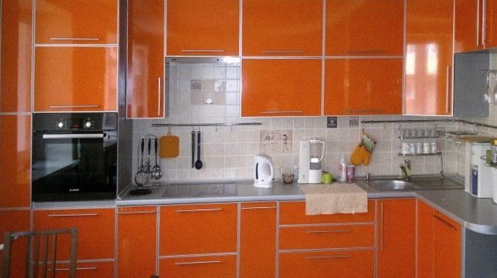 кухня с оранжевыми фасадами в алюминиевом профиле
