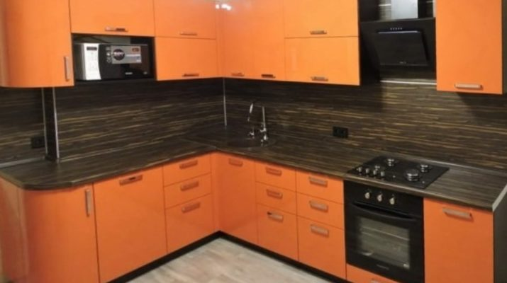 заказная кухня оранжевого цвета со встроенной техникой