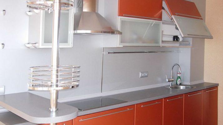 сочетание оранжевого и белого цвета на кухне