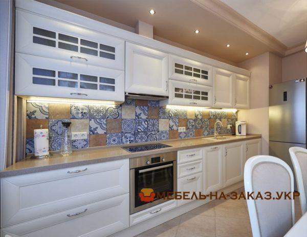 встроенная белая кухня с белыми лампами