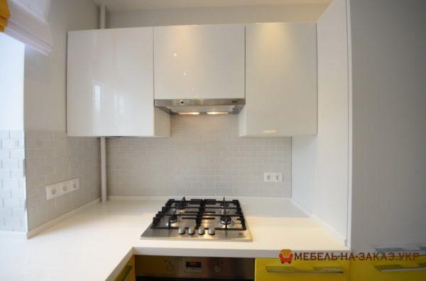 маленькая бело желтая встроенная кухня Петровка