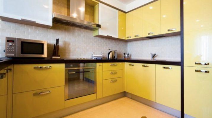 угловая кухня с желтыми фасадами модерн
