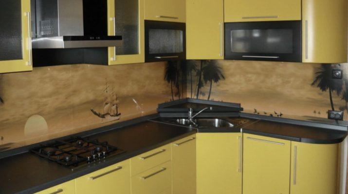 угловая желтая кухня с черной столешницей
