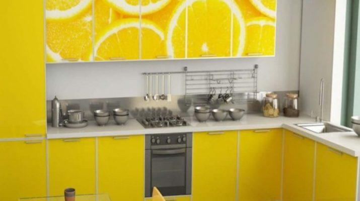 желтая кухня с рисунком лимона