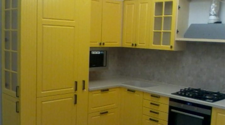 желтая кухня из дерева