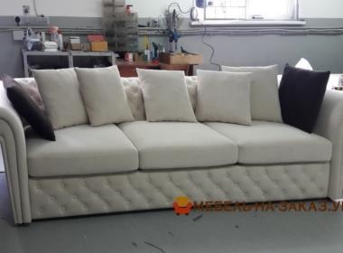 прямой диван с подушками