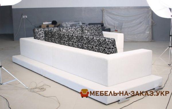 мягкая мебель в лобби отеля