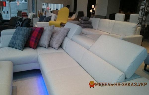 угловой диван по индивидуальному проекту с синей подсветкой