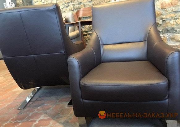 два черных кресла