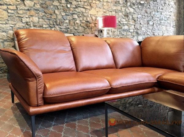 кожаный диван на металлических ножках