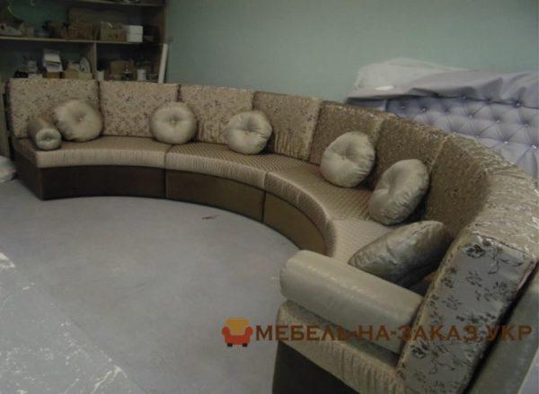 заказать мягкий круглый диван в лобби отеля