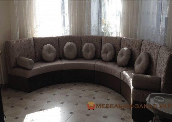круглый диван с подушками в отель