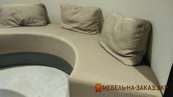 белый круглый диван с подушками в ресторан