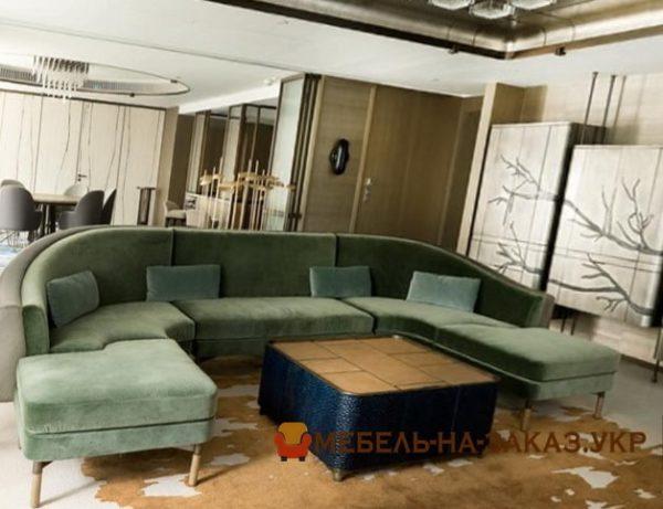 п образный диван в лобби отеля