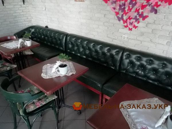 диван с каретной перетяжкой в кафе