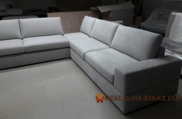 белый угловой диван отеля