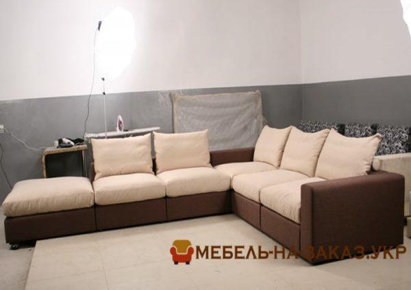 черно коричневый диван в отель