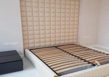 белая авторская мягкая кровать с большим изголовьем