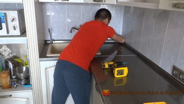 установка кухни с подстветкой