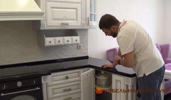 монтаж кухни из массива ольхи