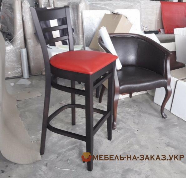 стул красный деревянный