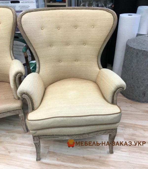 стул с широкой спинкой