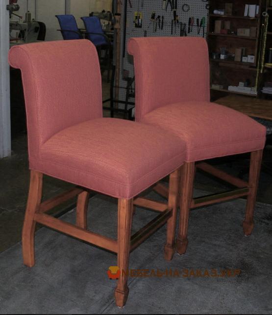 два красных стула