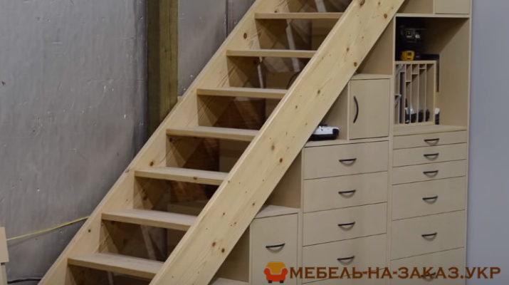 лестница и шкаф под ней из дерева