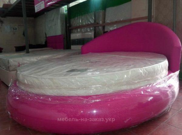 круглая кровать розового цвета