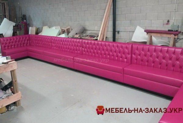 розовая мягкая мебель с каретной стяжкой