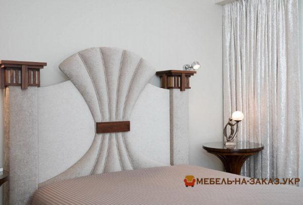 белая кровать с форминой мягкой спинкой